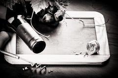Capítulo con la botella de vino y la uva fresca Foto de archivo