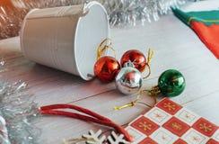 Capítulo con las decoraciones de la Navidad de las bolas de cristal Fotos de archivo