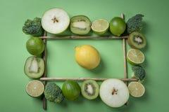 Capítulo con las frutas y verduras verdes Limón amarillo en el midd imágenes de archivo libres de regalías