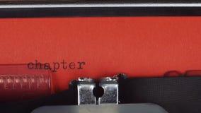 Capítulo 1 - datilografado em uma máquina de escrever velha do vintage Impresso no papel vermelho O papel vermelho é introduzido  filme