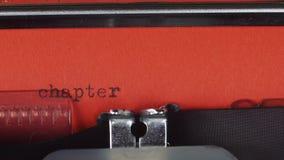 Capítulo 3 - datilografado em uma máquina de escrever velha do vintage Impresso no papel vermelho O papel vermelho é introduzido  video estoque