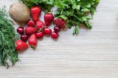 Capítulo de comidas verdes y rojas en la tabla Fotografía de archivo