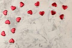 Capítulo de corazones rojos en un fondo del cemento ligero Día del `s de la tarjeta del día de San Valentín Lugar para el texto V imagenes de archivo
