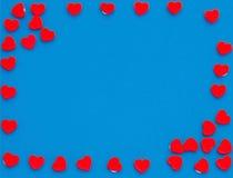 Capítulo de corazones rojos y del fondo azul Fotografía de archivo libre de regalías