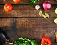 Capítulo de diversas verduras en la tabla de madera, visión superior Foto de archivo