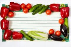 Capítulo de diversas verduras en perímetro de la toalla fotos de archivo