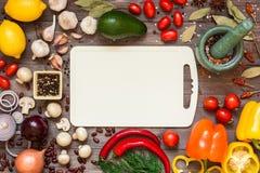Capítulo de diversas verduras y especias orgánicas frescas en la tabla de madera Fondo natural sano de la comida con el espacio d Fotos de archivo