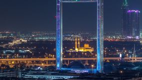 Cap?tulo de Dubai con la mezquita de Zabeel Masjid iluminada en el timelapse de la noche almacen de metraje de vídeo