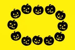 Capítulo de las calabazas de papel negras en un fondo amarillo Decoraciones del día de fiesta para Halloween con el espacio de la imagen de archivo libre de regalías