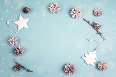 Capítulo de las decoraciones blancas del día de fiesta en fondo azul Espacio f Fotografía de archivo libre de regalías