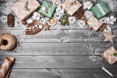 Capítulo de las decoraciones de la Navidad en una tabla de madera vieja Fondo de la Navidad de los días de fiesta Espacio para el Imagen de archivo libre de regalías