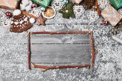 Capítulo de las decoraciones de la Navidad en una tabla de madera vieja Fondo de la Navidad de los días de fiesta Espacio para el Fotos de archivo