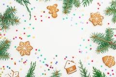 Capítulo de las galletas del pan de jengibre de la Navidad, del abeto y del confeti brillante en el fondo blanco Endecha plana Vi Fotografía de archivo