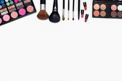 Capítulo de los cosméticos y de los cepillos del maquillaje en el fondo blanco Fotos de archivo libres de regalías