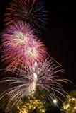 Capítulo de los fuegos artificiales coloridos del día de fiesta Foto de archivo