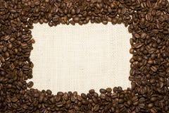 Capítulo de los granos de café en la arpillera imagen de archivo