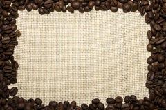 Capítulo de los granos de café en la arpillera foto de archivo libre de regalías