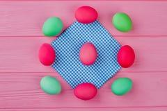 Capítulo de los huevos de Pascua en fondo rosado Imagenes de archivo