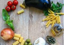 Capítulo de los ingredientes crudos para el plato italiano Fotos de archivo