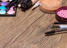 Capítulo de los productos de maquillaje básicos en superficie de madera Foto de archivo