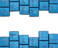 Capítulo de los regalos brillantes azules aislados en el fondo blanco Decoraciones del ` s del Año Nuevo Foto de archivo libre de regalías