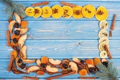 Capítulo de ramas, de ingredientes y de especias spruce para preparar la compota de frutas secadas, espacio de la copia para el t Imagen de archivo libre de regalías