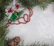 Capítulo de ramas y de la decoración del Año Nuevo sobre el vidrio nevado Imagen de archivo libre de regalías