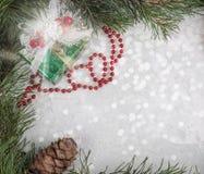 Capítulo de ramas y de la decoración del Año Nuevo sobre el vidrio nevado Imágenes de archivo libres de regalías