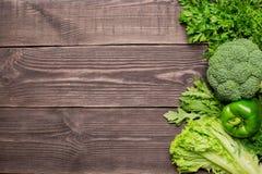 Capítulo de verduras frescas verdes en el fondo de madera, visión superior fotos de archivo