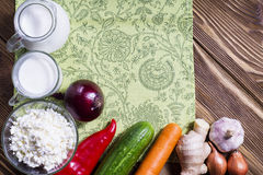 Capítulo de verduras frescas y de productos lácteos en backgroun de madera Fotos de archivo