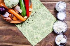 Capítulo de verduras frescas y de productos lácteos en backgroun de madera Fotos de archivo libres de regalías