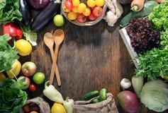 Capítulo de verduras frescas y de frutas en la tabla de madera Fotos de archivo libres de regalías