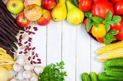 Capítulo de verduras frescas y de frutas en una tabla de madera blanca Imagen de archivo libre de regalías