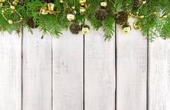 Capítulo del árbol de navidad adornado en el backg de madera rústico blanco Fotografía de archivo