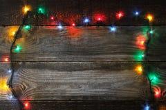 Capítulo del adorno colorido de la Navidad en el tablero de madera Fotografía de archivo
