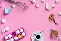 Capítulo del fondo de la panadería Café e ingredientes el cocinar - huevo, azúcar, sobre fondo rosado Primavera que cocina tema V fotografía de archivo
