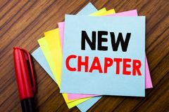 Capítulo del texto del aviso de la escritura nuevo Concepto para comenzar nueva vida futura escrita en el papel de nota pegajoso  Fotos de archivo