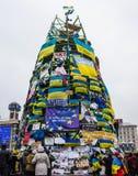 Capítulo el árbol de navidad con las banderas y los carteles durante protestas encendido Imagenes de archivo