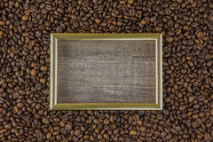 Capítulo el grano de café con la opinión hermosa del fondo de las imágenes de la tabla de madera lateral El concepto Fotografía de archivo