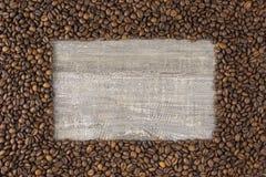 Capítulo el grano de café con la opinión hermosa del fondo de las imágenes de la tabla de madera lateral El concepto Imagen de archivo libre de regalías