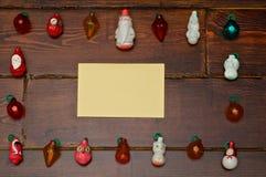 Capítulo fuera de los juguetes del árbol con la tarjeta Fotos de archivo