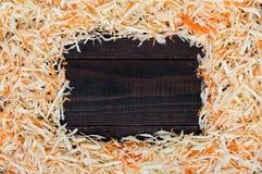 Capítulo hecho de la ensalada Col y zanahorias tajadas frescas En el medio de un espacio de madera oscuro para sus notas Imagen de archivo libre de regalías