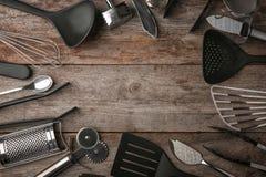Capítulo hecho de los diversos utensilios de la cocina en fondo Imagen de archivo libre de regalías