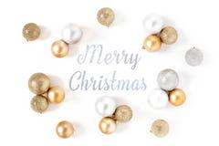 Capítulo la Feliz Navidad de las bolas del fondo blanco de oro y de plata de la opinión superior foto de archivo libre de regalías
