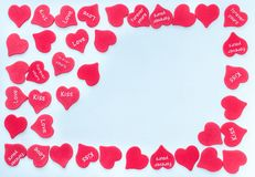 Capítulo para la tarjeta de la tarjeta del día de San Valentín con el fondo rojo dispersado de los corazones blanco con el lugar  imagen de archivo