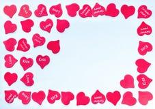 Capítulo para la tarjeta de la tarjeta del día de San Valentín con el fondo rojo dispersado de los corazones blanco con el lugar  foto de archivo