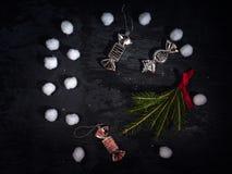 Capítulo para la tarjeta de Navidad Fondo oscuro con la rama del abeto, juguetes de la Navidad bajo la forma de caramelos Una dis fotografía de archivo
