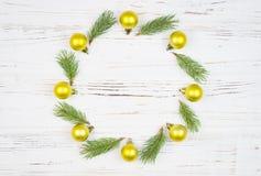 Capítulo redondo de la Navidad con el árbol de abeto, en la madera rústica, espacio de la copia para el texto Fondo del Año Nuevo Imágenes de archivo libres de regalías