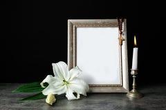 Capítulo, vela y lirio blanco de Pascua Fotografía de archivo libre de regalías