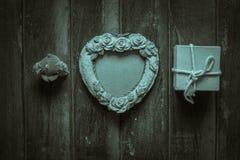 Capítulos y regalos en un de madera imagenes de archivo